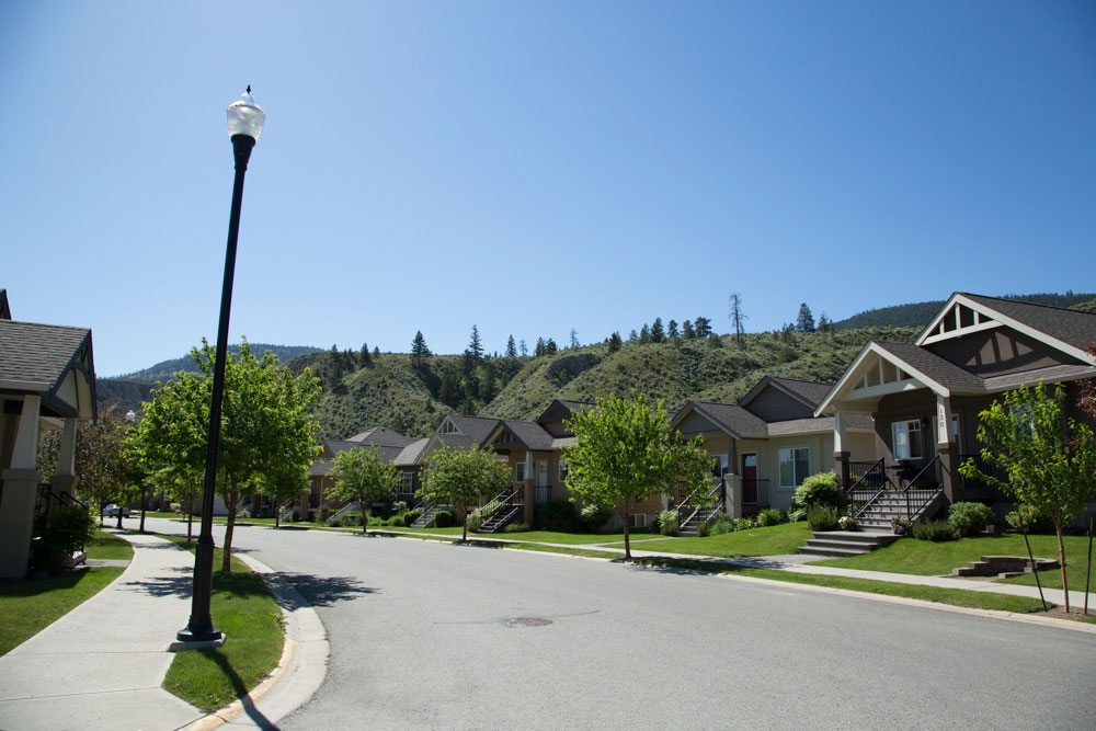 A Braeburn street with multiple homes.